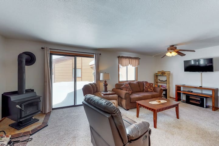 Family-friendly condo with access to a shared pool, hot tub, and fitness center