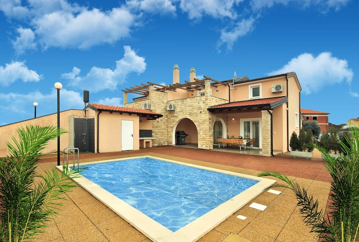 House for 6+2 pers with pool in Kaštel R63969