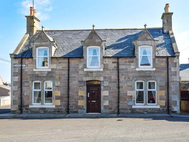 HOLLY HOOSE, pet friendly, with open fire in Findochty, Ref 27992