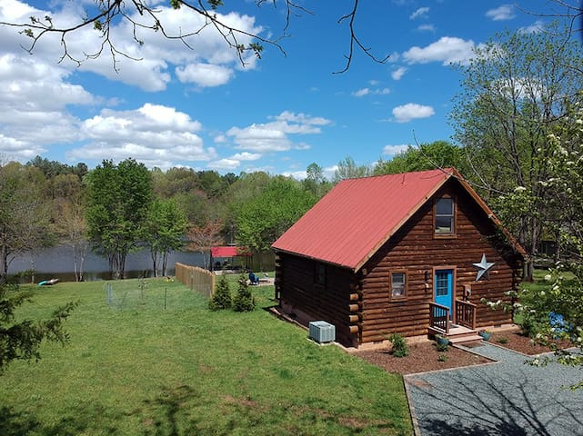 Front view of the log cabin at Lake Glen Haven with privacy fence!