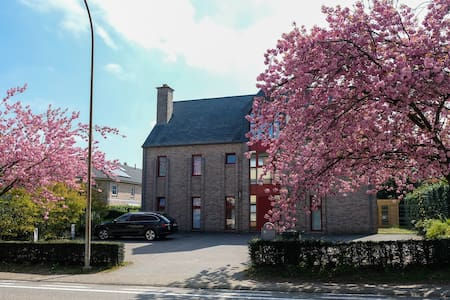 Cosy double room 1st floor in Wezembeek-Oppem