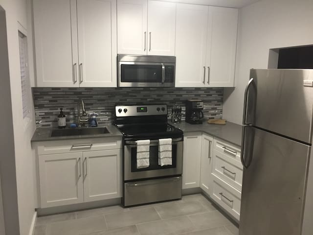 PERFECT LOCATION--NEW MODERN CLEAN HOME! - Fort Lauderdale