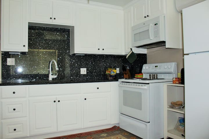 Apartment with garage parking and washer-dryer. - Bakersfield - Apartamento
