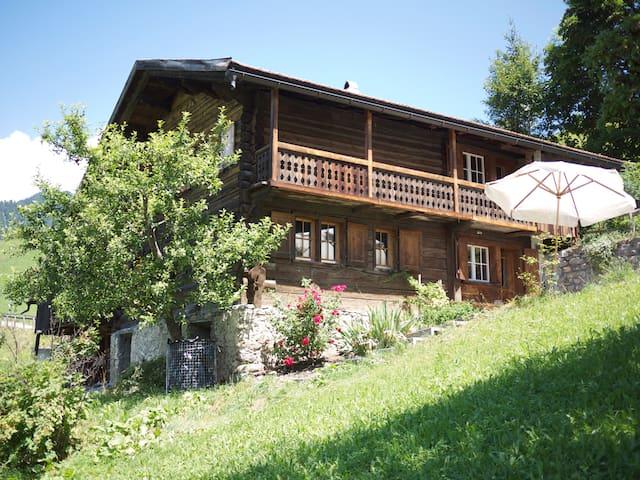 Heimeliges Holzhaus mit gemütlicher Arvenholzsauna