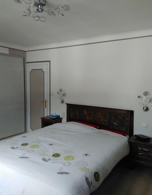 Chambre n°1 : un lit de 160x200 et un lit bébé.