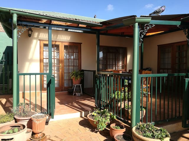 Cosy flat in secure garden, parking, WiFi & Dstv