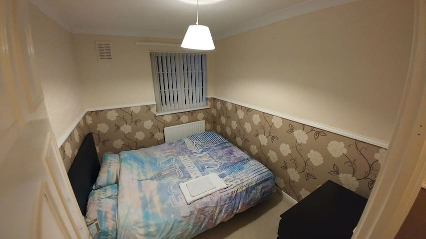 Small room with a king size bed - Huntingdon