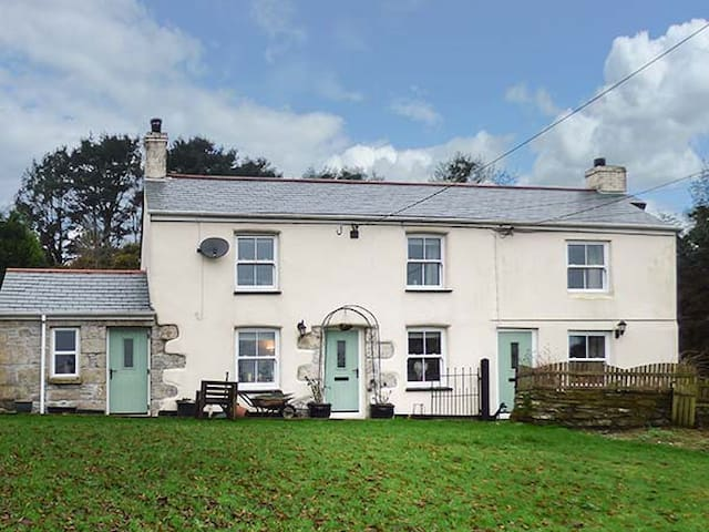LONGVIEW COTTAGE, pet friendly in Penwithick, Ref 946405