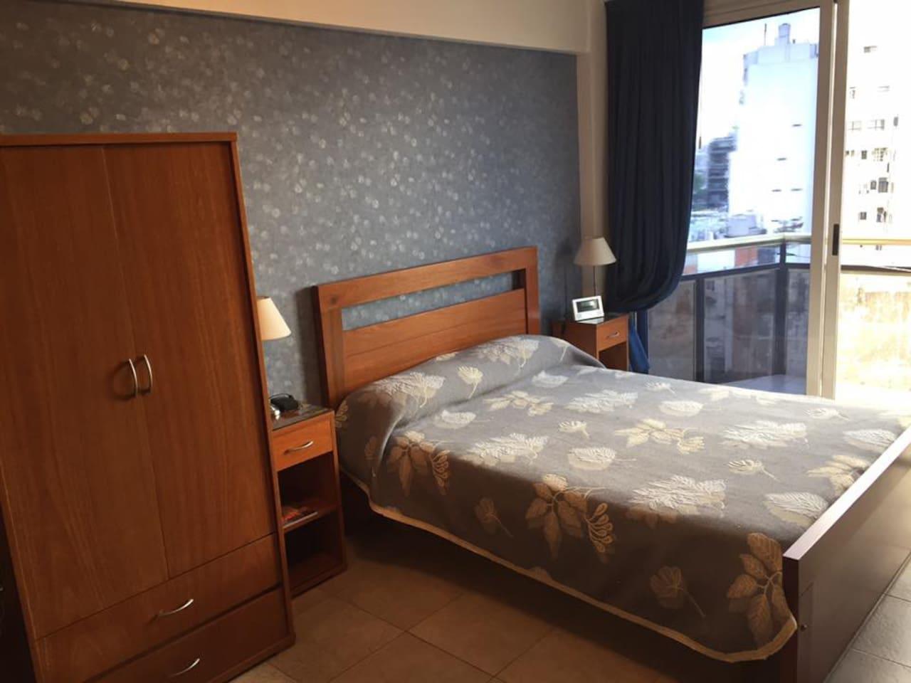cama 2 plazas sobre el ventanal del balcon