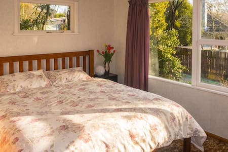 Super King Bed, Central Location - Nelson - Talo