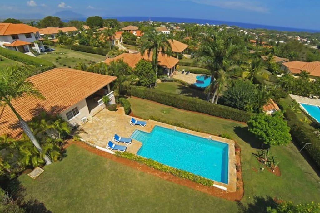 Overview pool / garden area