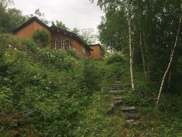 Tømmerhytte nær sentrum av Leinesfjord, Steigen