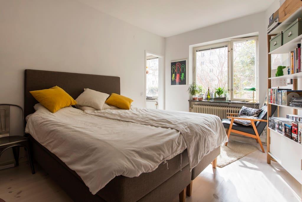 Bedroom, big kingsize bed.