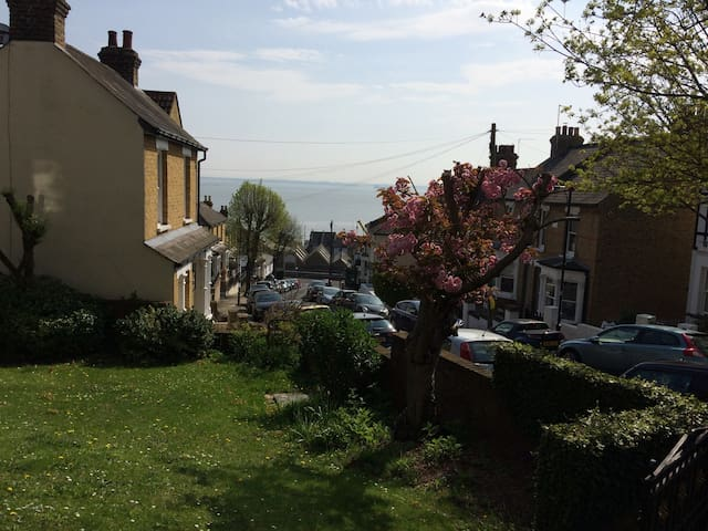 SEA VIEW apartment - 3 min walk from Old Leigh