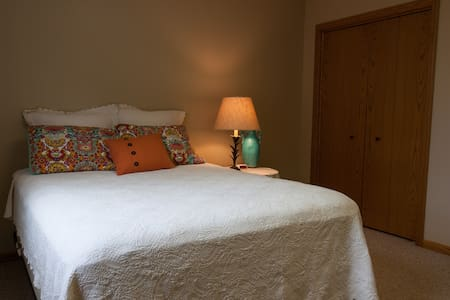 Sweet Suite close to so much GR has to offer - Гранд-Рапидс - Дом
