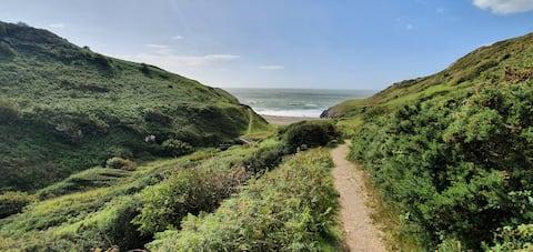 Dog friendly, close to coastal path and beaches.