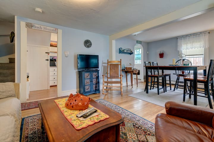 Casual cottage w/yard, patio - walk to the beach!