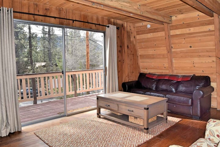 Owl's Perch: Near Bear Mtn! BBQ! Gas Fireplace! Deck! DirecTV! Great Location!