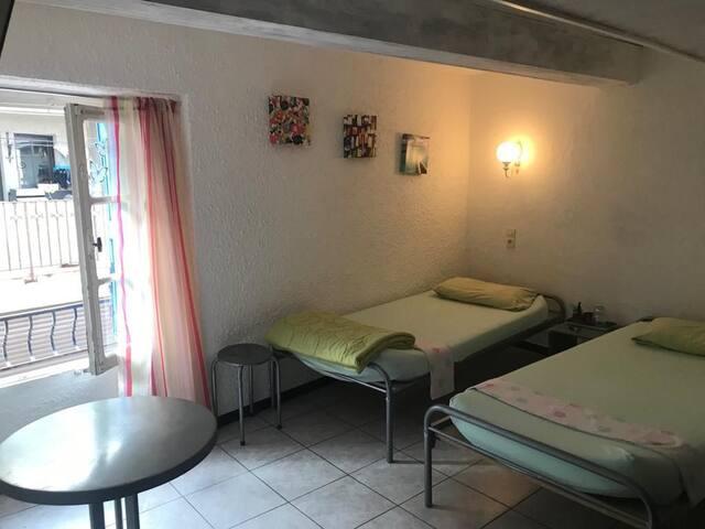 Chambre twin, petit hôtel, 3min de la plage
