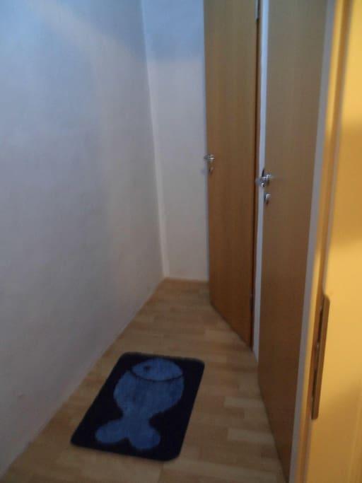 rechts gehts ins eigene Bad, mit seperater Dusche und Toilette