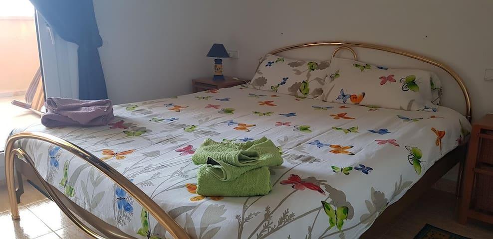 chambre principale avec lit double kingsize, et sa terrasse (accès direct à la pelouse et à la piscine)