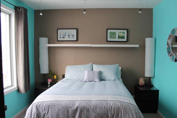 Sun-Brite Room: Downtown Near Beach & Transit