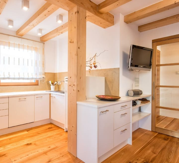 """Light-flooded Apartment """"Die Sonnenwohnung"""" with Mountain View, Wi-Fi, Garden, Pool, Terrace & Balcony; Parking Available"""