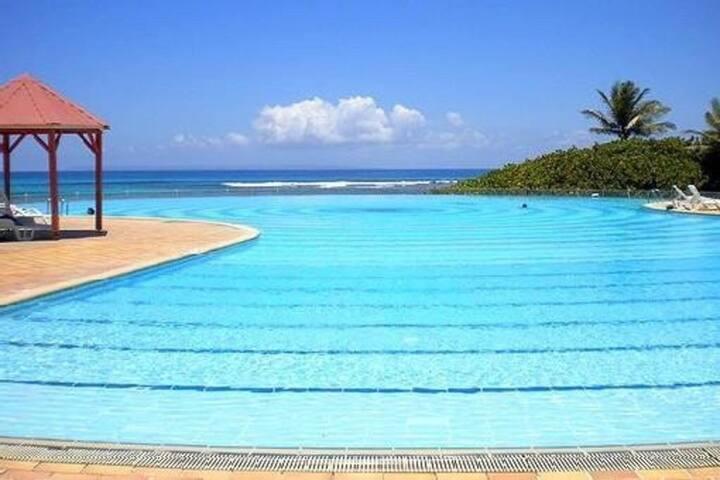 T1 ANSE DES ROCHERS piscine plage tennis CLIM