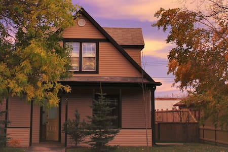 En-suite Bedroom in heritage home only 1 hr to YYC - Nanton