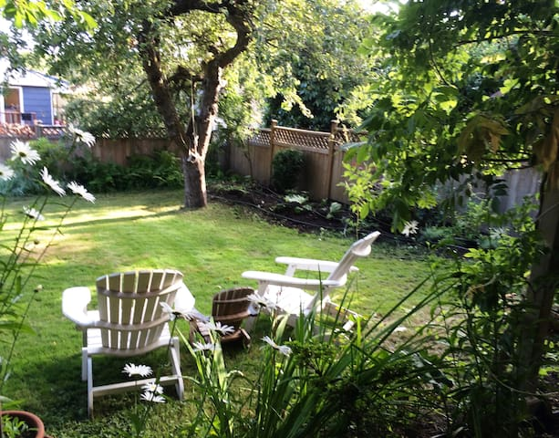 West Bay 1-Bedroom with Sunny Backyard