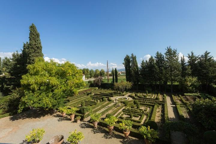 Tuscan Villa, Maze Garden, Pool parking, views