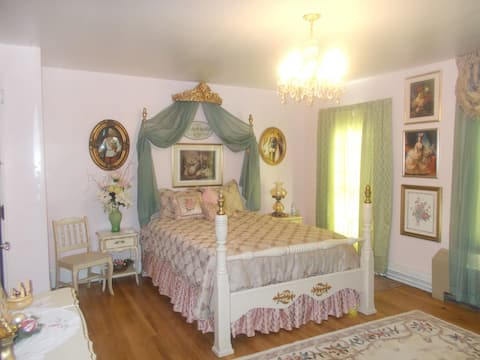 Vienna Room - White House of Eldora B&B