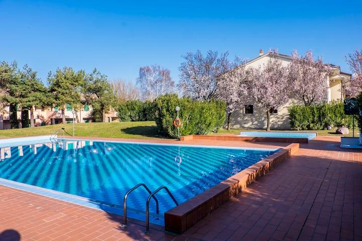 App. in residence con vista lago,piscine e tennis