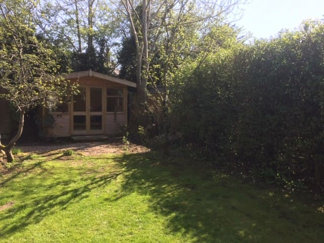 Farnham cosy garden house in peaceful rural area.