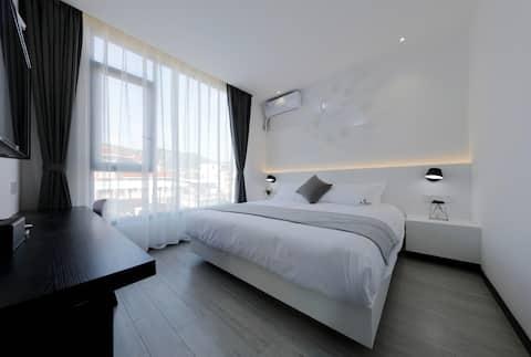 < STRONGLY RECOMMENDED > One queen size projection bed. Offshore/Xiamen University/Zeng Yu Yi/Huan Dao Road/Zhongshan Road/Gulangyu Island/South Putuo