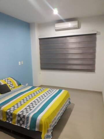 Habitación amoblada con aire acond y baño privado