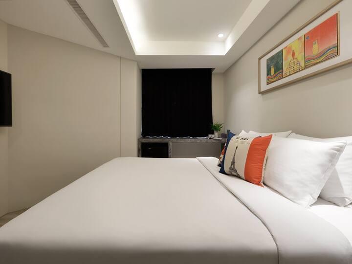 一中商圈。親親戲院陽光溫馨的標準雙人房Standard Double Room With table