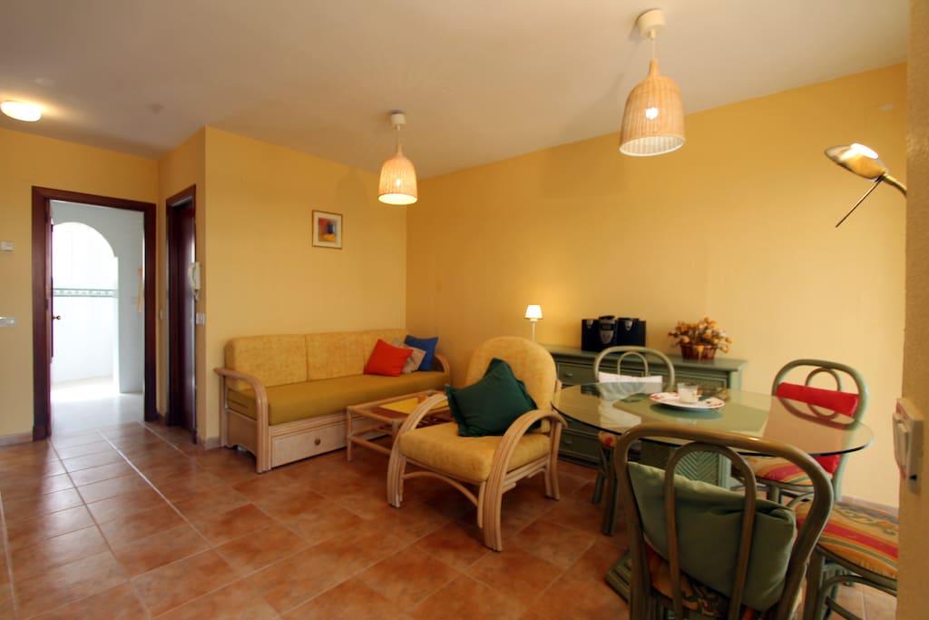 Salón comedor con aire acondicionado y salida a porche