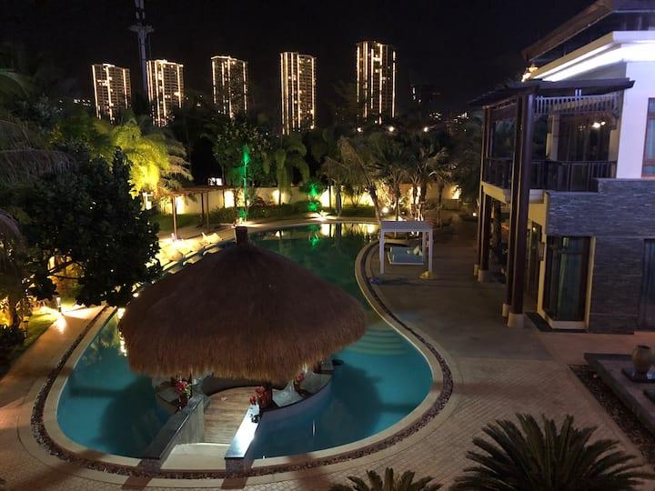 来自瀚海银滩沙滩边上的海景独海景大别墅、双泳池30米超大泳池+10米儿童泳池。周边有美食街、麦当劳🍔