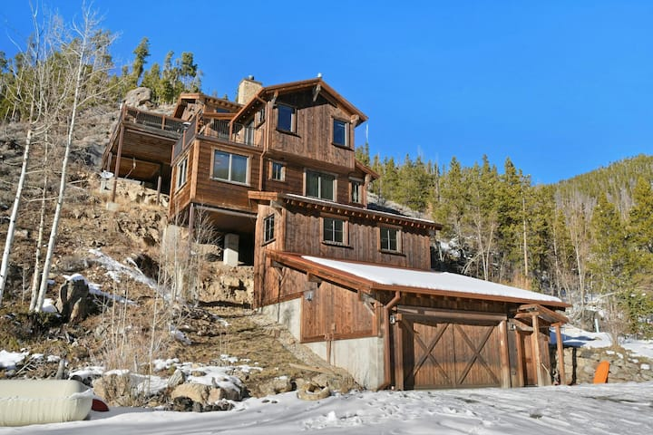 FREE Activities Daily & WiFi - Cliff Side Luxury Chalet/Hot Tub & Amazing Views