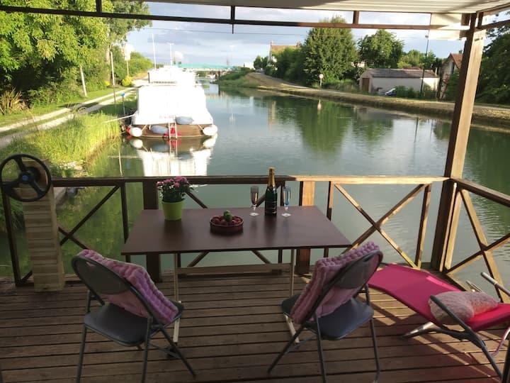 Cottage sur l'eau jacuzzi privatif terrasse jura
