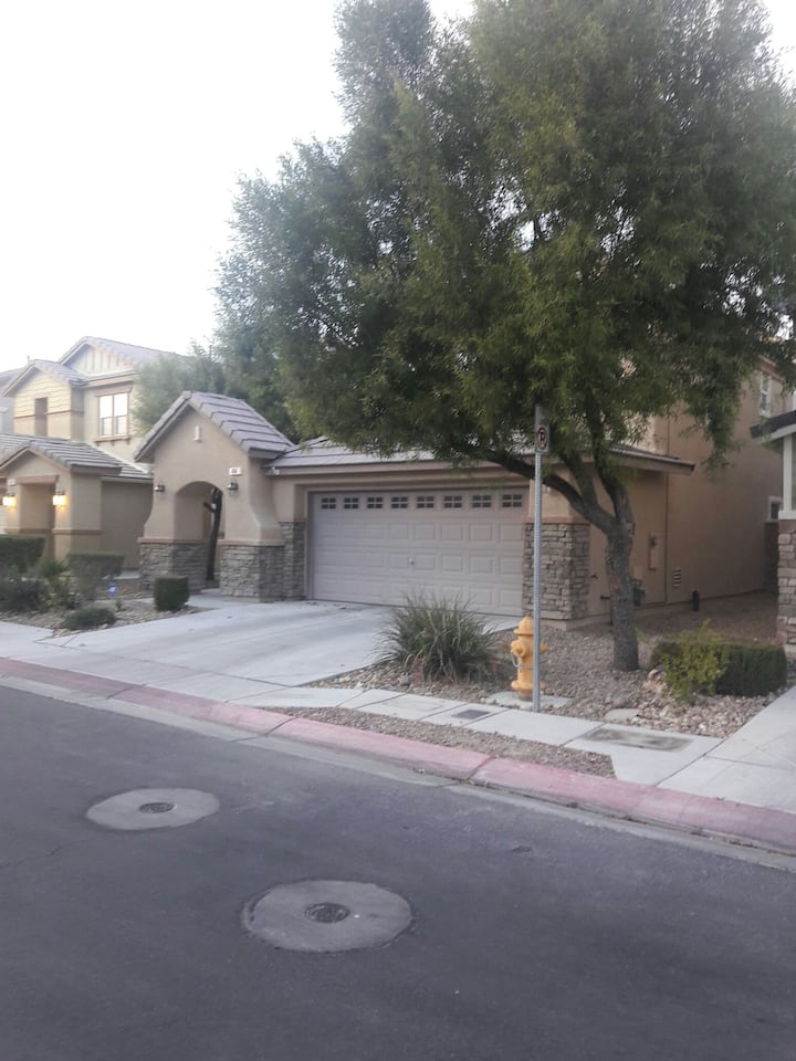 Charming modernize home 15 minutes from the strip.