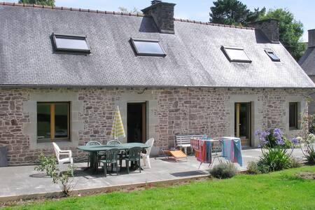 Belle maison en pierre avec jardin - Pléhédel