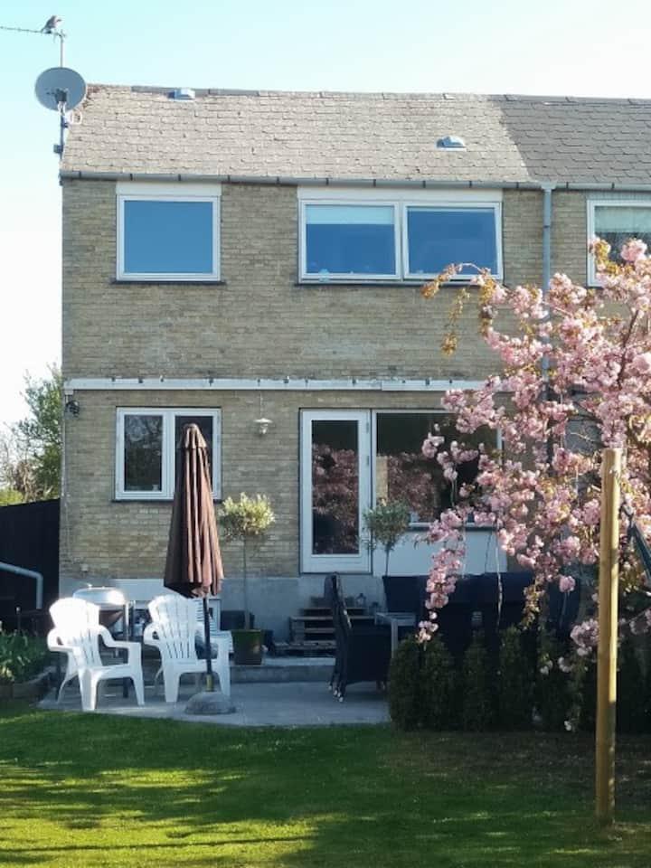 Lyst og familievenligt hus i stille kvarter.