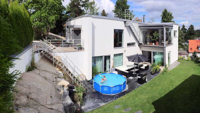Exclusive house 300m from station, with kids pool - Täby - Haus