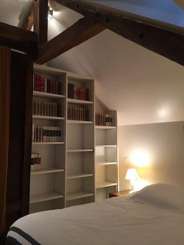 Bibliothèque dans la chambre.