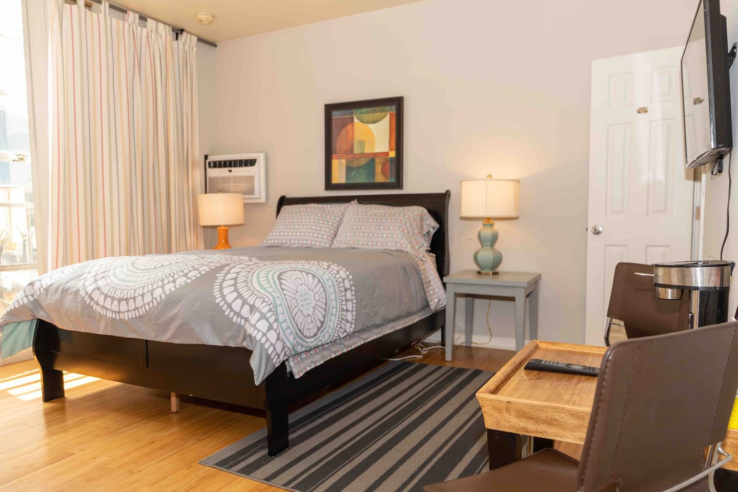 Sun filled studio right off the street of Short North. Walk to Convention Center in 5 minutes, restaurants in 1 minute. And steps from Goodale Park.