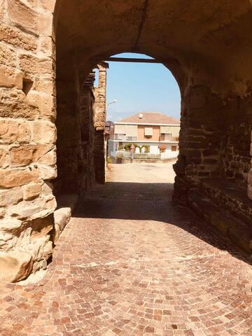 Scorcio del portico del castello