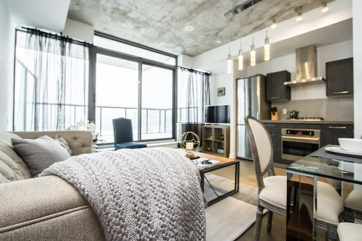 ✰✰Unique and Luxurious 1bed, Downtown Core!✰✰