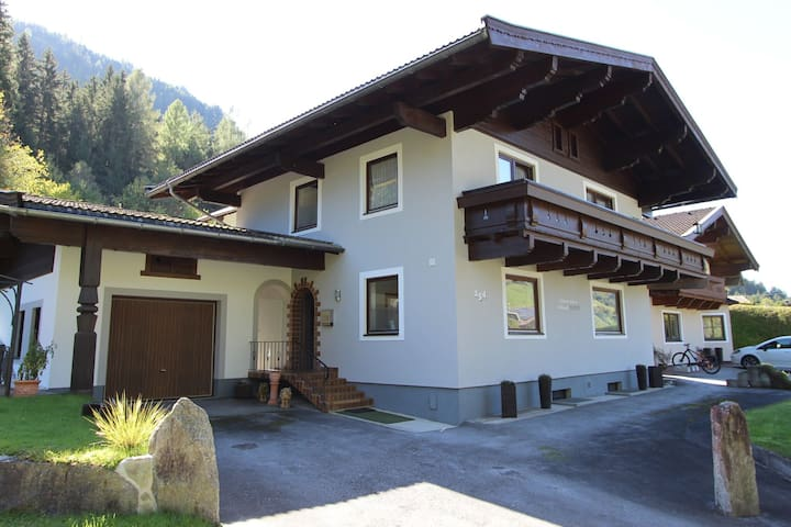 Detached holiday home with 4 bedrooms in Mühlbach, near the ski lift.